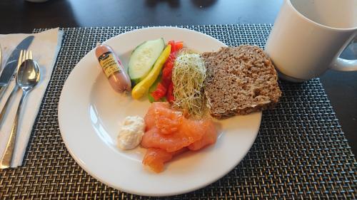 黒パン、スモークサーモンにつける西洋わさびもドイツの朝食の楽しみ。でも、ミュンヘンなのに白ソーセージがないのが残念。似てるのがあった、でも、レバーペースト。