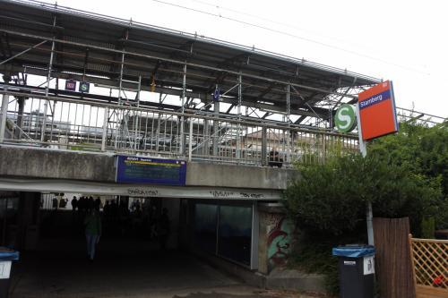 近郊線Sバーン6号線で30分ほど。シュタルンベルクへ。ホームを降りて繁華街と反対側へ出る。