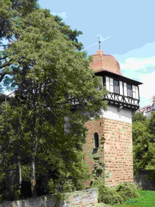 一度渋滞にぶつかり13時30分にマウルブロンに到着しました。<br />マウルブロンの町は人口6463人。町に入るとすぐにモスクが見え、ちょっとびっくりしました。キリスト教の修道院の世界遺産がある町にモスク?<br />修道院の外でサンドイッチの昼食をとります。<br />この塔はFaustturmです。<br /><br />この塔の下にテントをはってキャンプをしている人がいて驚き。いいのかなあ。