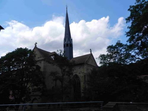 教会が見えます。<br />どうもわたしたちは、敷地の後ろ側、通用門側に来たようです。<br />小さな道を通って修道院の入り口のほうに向かいます。<br /><br />マウルブロン修道院は1993年に世界遺産に登録されました。
