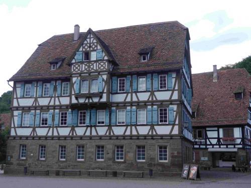 マウルブロン修道院は城壁に囲まれていて、その中には修道院のほかにも古い木組みの建物がたくさんあります。