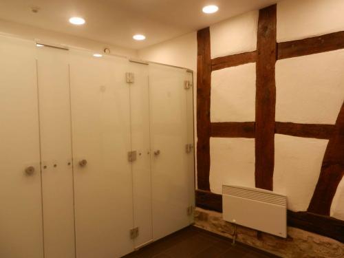 トイレの中。だれもいなかったので写真を撮りました。<br /><br />木組みの家の中の壁ってこんな風になってるんですね。ここだけかな。