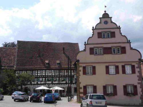 右側の建物はRathaus 市庁舎です。