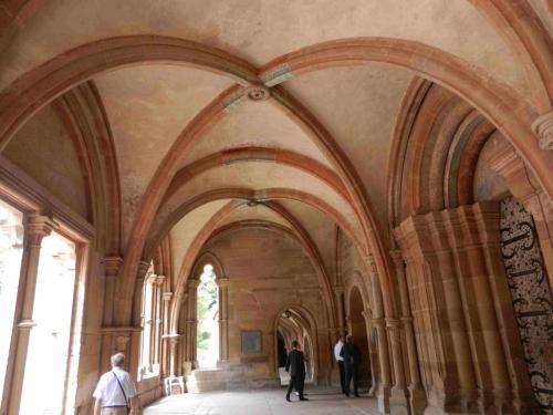 無料で入れる修道院付属の教会は、14時からの結婚式のため入れませんでした。<br />あー、さっきの花嫁さんの結婚式。さきに教会にくればよかった。<br /><br />ここはDas Paradiesと呼ばれるホールで、だいたい1220年に北フランスからここに移された早期ゴシック建築です。名前はアダムとイブの楽園追放から来ているそうです。