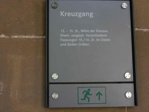回廊を回ってみます。<br />13世紀から15世紀に建てられました。