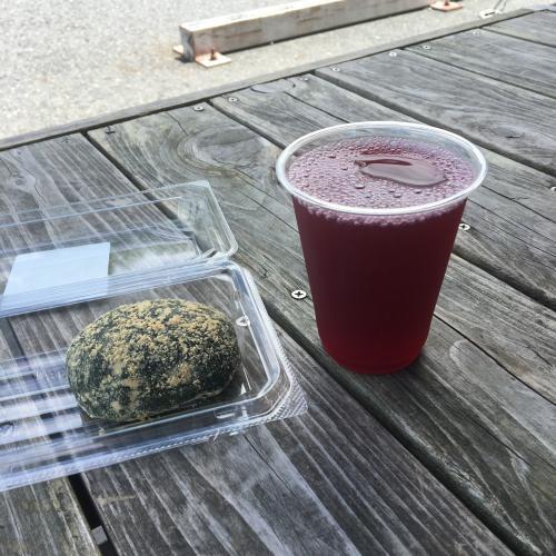 比叡山から二つほど山を越えて大原という集落に降りてきた。赤紫蘇のジュースとよもぎ餅で補給。実を言うとあとドデカミンも飲んだ。
