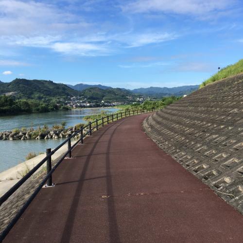 高野山町石道の起点になる九度山まで走って移動。5kmくらい。紀ノ川沿いはいい雰囲気。向こうに見える山の奥の方に高野山があるはず。