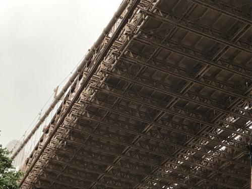 雨が降ってきて、こちらから上るところもわからないのでブルックリン橋を歩いて渡るのは翌日以降に回します。<br />橋の下はこんな風になっているのね。
