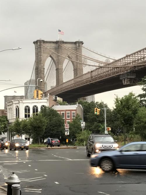 アメリカの国旗もあっていい感じ♪<br />雨が激しくなってきたのでこのあたりで退散しましょう。<br />帰りのメトロの場所がわからず、またまた、NYの方に道を聞きました。<br />(その後、グーグルさんの今どこにいる機能をマスターして回数を減らすことができました。)今回もWi-Fiレンタルしてません。アナログ人間です。