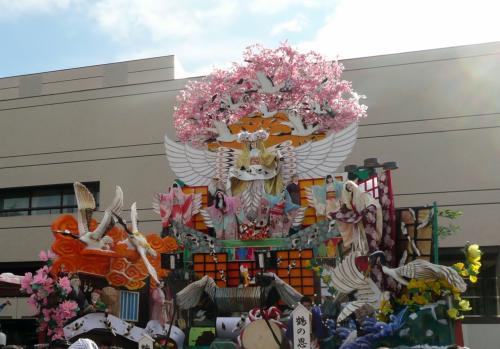 小林○子のような山車もあったり。テーマは鶴の恩返し。
