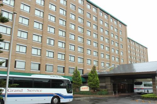空港から約15分、宿泊先の「インターナショナルガーデンホテル成田」に到着=写真=。2013年5月の『ソウルふたり旅』(http://4travel.jp/travelogue/10773935)以来、二度目の利用。Expediaのポイント(約2千ポイント)を利用し、1泊朝食付きで約6千円で予約することができた。<br /><br />発表資料や報道などによると、同ホテルは7月にホテル専門の投資法人によって、約91億円で買収されたとのこと。買収の背景には、急増する訪日観光客があるという。