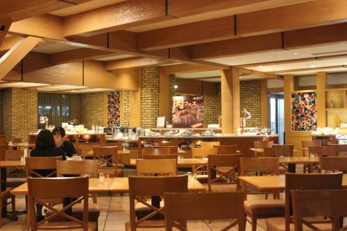 夕食は館内唯一のレストラン「AVANTI(アヴァンティ)」(イタリアンブッフェ)へ。2013年のGWに利用した時は、国際色豊かで大入りだったが、当日は先客が数組ほどでがらんとして実にさみしい雰囲気だった=写真=。ぐるなびのクーポン使用(20%オフ)でひとり2480円なり。