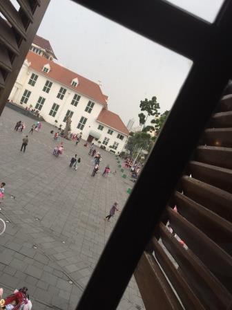 2階の窓越しから見る広場