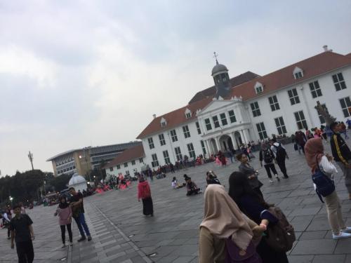 さて、ファタビラ広場に降りてきました。まさしくヨーロッパの広場のようです。