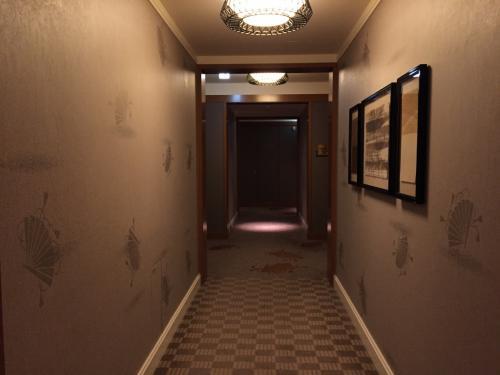 東京・六本木『ザ・リッツ・カールトン東京』53F<br /><br />『ザ・リッツ・カールトン東京』の【クラブラウンジ】でペストリーシェフによる<br />アフタヌーンティーをいただいた後はクラブラウンジ専任のコンシェルジュさんに<br />お部屋まで案内してもらいます。<br /><br />【クラブラウンジ】と同じ最上階53階の「ザ・リッツ・カールトン クラブレベル」<br />の廊下にも和の要素が満載です (*^O^*)<br /><br />このひとつ前のブログはこちら↓<br /><br /><六本木のホテル『ザ・リッツ・カールトン東京』宿泊記 ① <br />クーポン利用で「クラブタワーデラックス」(東京タワービュー)の<br />お部屋が5万円台に!! クラブラウンジでのフードプレゼンテーション<br /> (アフタヌーンティー)、【意気な寿し処阿部】虎ノ門ヒルズ店で中とろや<br />ウニやイクラなどが食べ放題ディナー♪><br /><br />http://4travel.jp/travelogue/11269959