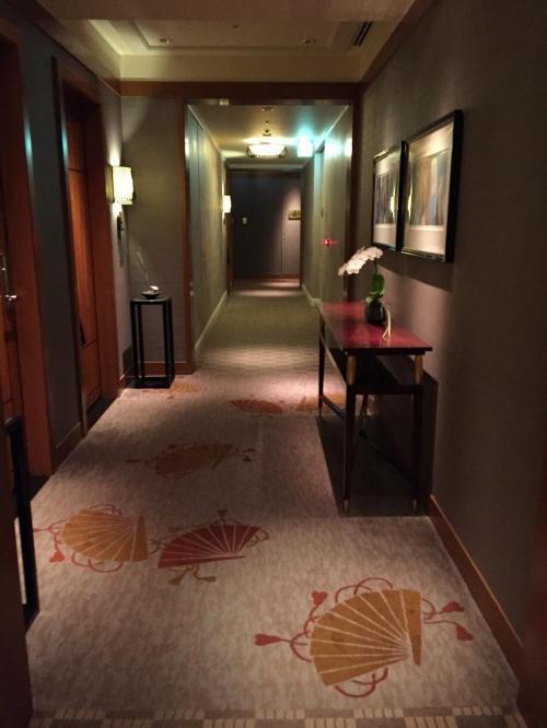 東京・六本木『ザ・リッツ・カールトン東京』53F<br /><br />廊下のクロスだけでなく、カーペットも「和」!!<br /><br />外国人の宿泊者の目には、新鮮に映るのかな。