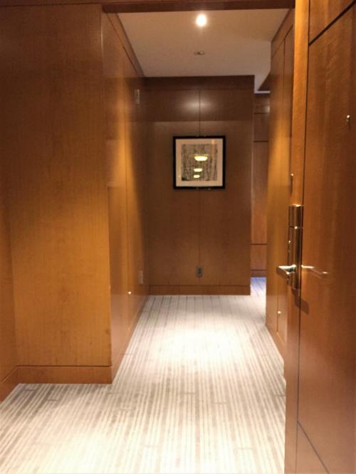東京・六本木『ザ・リッツ・カールトン東京』53F<br /><br />私たちがアサインされた5305号室の「クラブミレニアスイート」のお部屋の<br />エントランスから撮った写真。<br /><br />すでにここから広いです。何だかワクワクしますね♪<br /><br />写真正面の扉を開けると、バスルーム&シャワーブース、洗面台、トイレがあります。