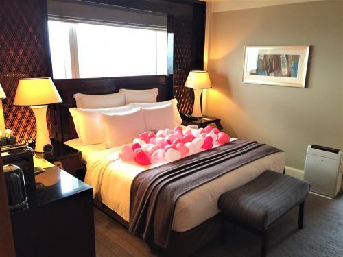 """東京・六本木『ザ・リッツ・カールトン東京』53F<br /><br />「クラブミレニアスイート」のベッドルームの写真。<br /><br />キングサイズのベッドの上には、沢山の小さなハート型の風船が<br />デコレーションされていました!<br />女子受けしそうな可愛いデコレーションです ***ヾ(≧∇≦)ノ""""***♪<br /><br />ハートの風船は、レッド、フューシャピンク、ベビーピンク、ホワイト、透明の<br />計5色あり、オシャレな演出に超感動~ (*^O^*)"""