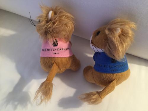 ピンクとブルーのお洋服を着た「リッツ・カールトンライオンのマスコット」の写真。<br /><br />バックプリントには、「THE RITZ-CARLTON TOKYO」の文字とリッツのロゴ!<br /> (*^O^*)