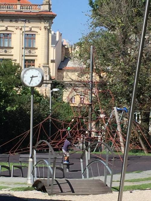 プラハ中央駅の前にある公園で遊びました。