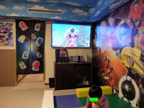 一応、ウェルカム映像も流してみますが・・・<br /><br />タッチ&トッチ君、玩具に夢中...