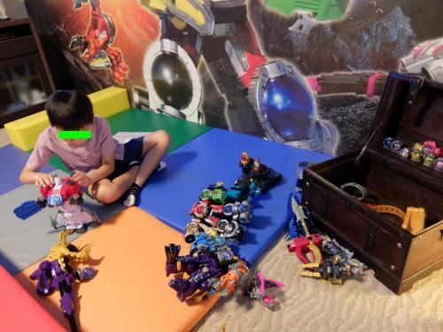 タッチ兄、多数あるロボットを器用に組み立てます。<br /><br />パパ&ママ、訳がわかりません・・・