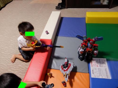 """タッチ兄が組み立てたロボットを・・・<br /><br />トッチ弟、""""破壊""""!"""
