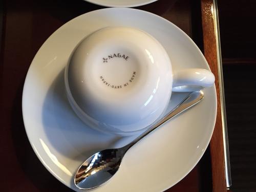 東京・六本木『ザ・リッツ・カールトン東京』のお部屋のカップ&ソーサーの写真。<br /><br />1300年の歴史を誇る日本六大古窯の一つである瀬戸製の食器を中心とする<br />陶磁器ブランド「NAGAE」製です。