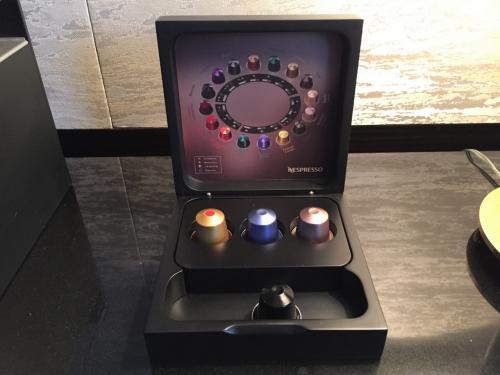東京・六本木『ザ・リッツ・カールトン東京』のお部屋にある<br />ネスプレッソマシーンの写真。<br /><br />無料のネスプレッソカプセルは4種類。