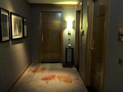 東京・六本木『ザ・リッツ・カールトン東京』53F<br /><br />私たちがアサインされた5305号室の「クラブミレニアスイート」のお部屋(写真奥)<br />に到着しました。