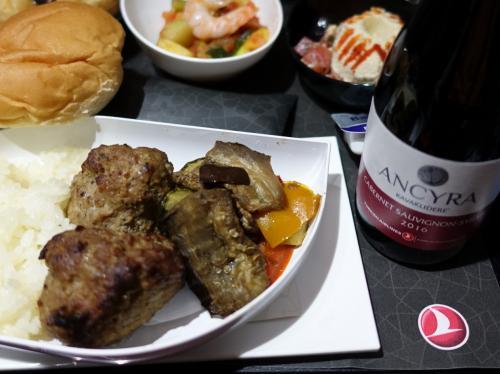 最初の機内食は牛肉のキョフテ。トルコの赤ワインと一緒に。
