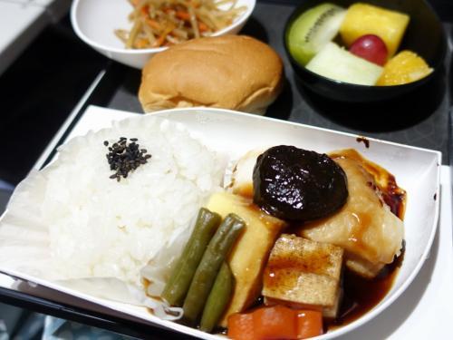 2回目の機内食は和食にしました。きんぴらに魚の煮付け。