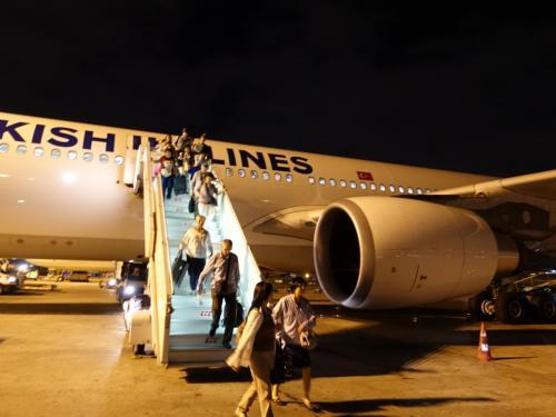 夜明け前のイスタンブール空港に到着。<br />タラップを下りて。3時間ほどの乗り継ぎ時間は、ラウンジで過ごしました。