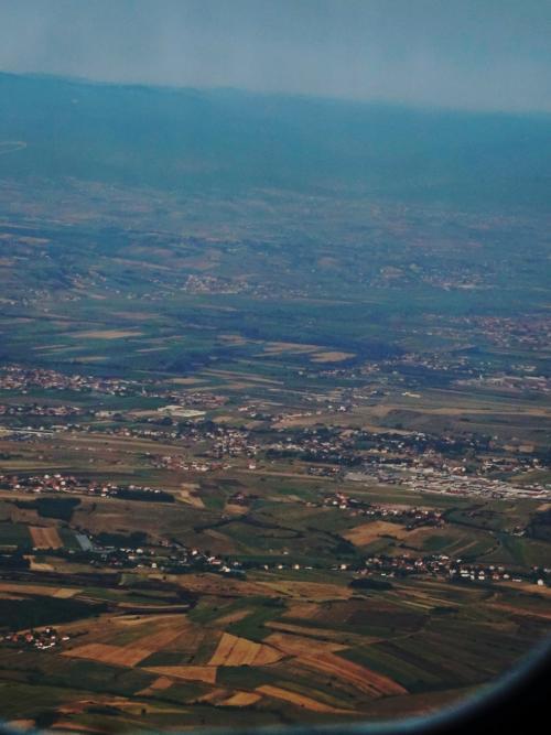 コソボ上空です。<br /><br />山に囲まれて、農地が広がっています。