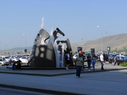 コソボの首都、プリシュティナの空港。<br /><br />空港ビル前のモニュメント。モダンな空港でした。