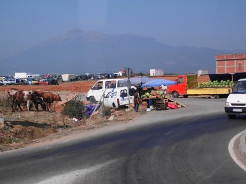 地方道に入ると、交通の要所には物売りが。スイカの季節です。