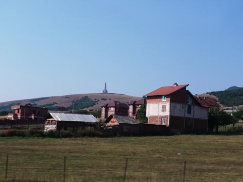 プリシュティナを出ると、穀倉地帯が広がっています。<br /><br />農家でしょうか、家も大きく、新築の家もたくさん見かけます。<br /><br />丘の上にはカトリック教会が。