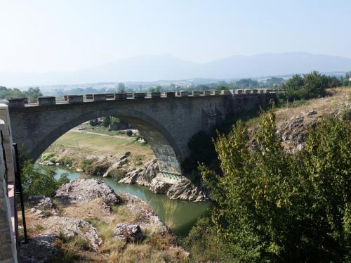 途中、ドリニ川にかかる橋のたもとのカフェでトイレ休憩。<br /><br />毎年、この橋から川に飛び込むお祭りがあるそうです。