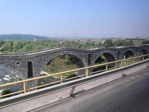 続いて、200年以上前につくられたテーラ橋。
