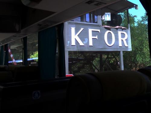 ホテルを出て3時間ほどで、デチャニ修道院を守るKFORの検問所へ。