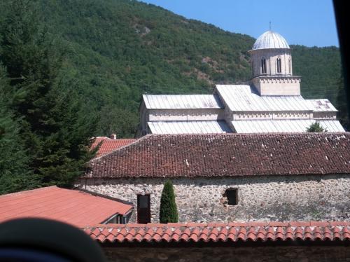 バスの車窓からのデチャニ修道院。