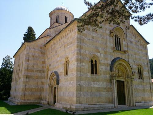 なぜか、スマホでの撮影は控えめな枚数ならばOKとのこと。<br /><br />まずは外観。14世紀半ばに建てられたデチャニ修道院。末期ビザンチン・ロマネスク建築の傑作と言われるだけあって、端正でとても上品な教会でした。<br /><br />本来の入口は閉じられて、北側から出入りするようになっています。