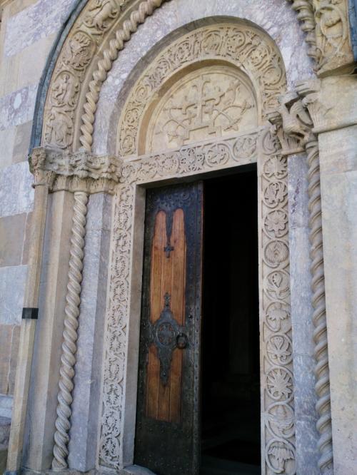 入口周辺の装飾も繊細です。<br /><br />さあ中に入りましょう。