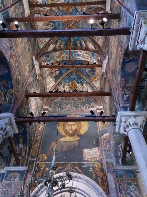 聖堂上部、入口の上にあるフレスコ。