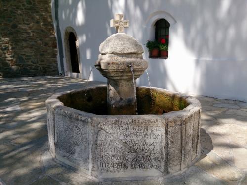外に出てきました。<br /><br />聖水が湧き出す泉。