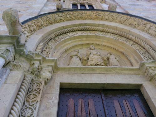 正面入口上部のタンパン。しっかりした浮き彫り彫刻です。