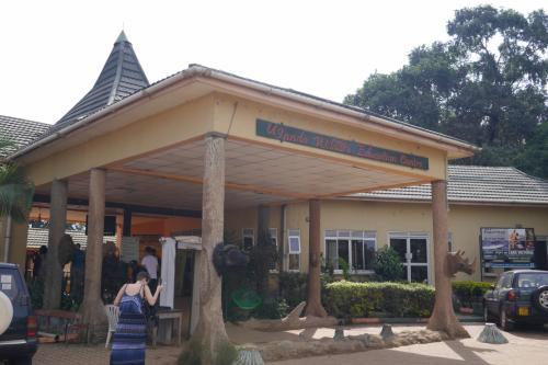 空港からタクシーで10ドル! ウガンダ野生生物教育センター(通称, エンテベ動物園)に到着!!<br /><br />入場料は15ドルもしくは4万シリング! シリングで払った方がお得でした(^_^;)<br /><br />