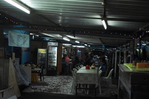 写真が暗くて分かりづらいですが、にぎわってます。<br /><br />皆さん鶏肉(AYAM)を食べているようでした。