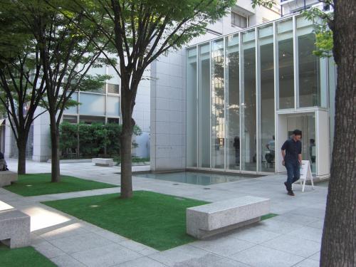 ここは、広島市中区上八丁堀・・・名前は広島城のお堀の東側が「八丁」あったことに由来しています。~ここはお堀だったの?お屋敷跡?~この辺りは整備されていて街並みがきれいです。