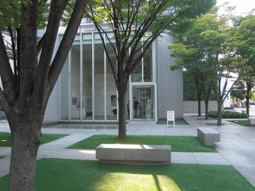 ここは、「広島県立美術館」のすぐそば~路面電車・電停をはさんでむかい側~<br />「縮景園はどこですか?」と道を尋ねられました。<br />・・・「この横断歩道を渡ってください、美術館の隣になります。」